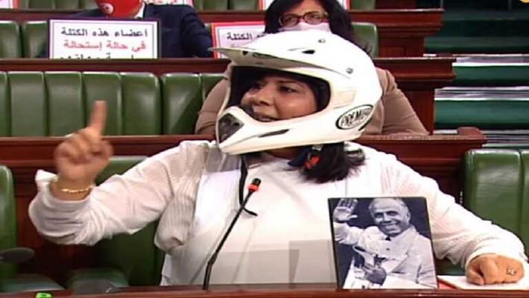 برلمانية تونسية ترتدي سترة واقية وخوذة خلال الجلسة - فيديو