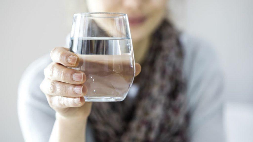 ما كمية الماء الموصى بها أثناء الصيام؟
