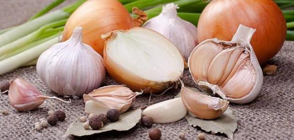 ماذا يحدث لجسمك عند تناول البصل والثوم؟