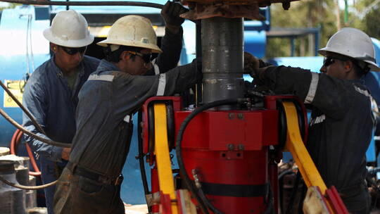 النفط يهبط عن قمة 8 أسابيع