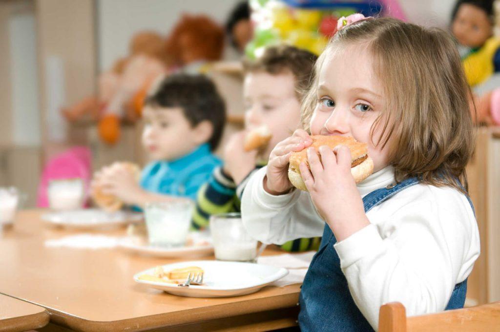 انتبهي من هذه الأطعمة فهي تضر أطفالك