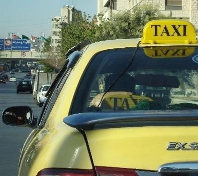 ضبط تاكسي يسير بسرعة (200 كم/ ساعة) على الصحراوي