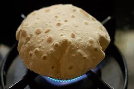 احذروا تسخين الخبز على الغاز.. قد يصيبكم بمرض قاتل