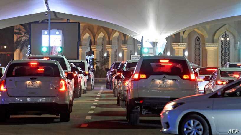 سيارات السعوديين تتكدس لعبور البحرين