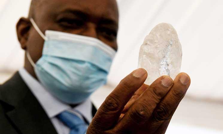 اكتشاف إحدى أكبر قطع الألماس في العالم - صور