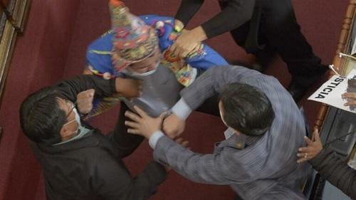 شجار عنيف يتسبب في تعليق جلسة البرلمان البوليفي - فيديو