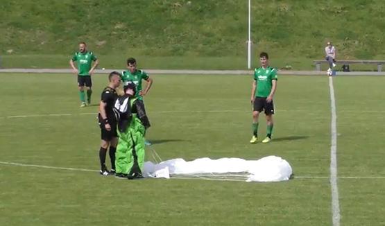 مظلي تائه يهبط في ملعب أثناء مباراة - فيديو