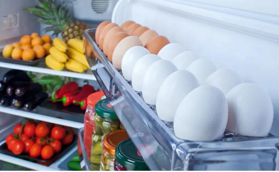 البيض بباب الثلاجة.. خطأ نرتكبه وخطره مفاجئ