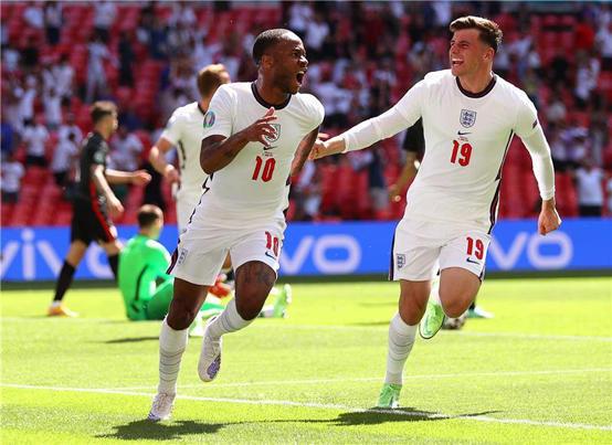 سترلينج يقود إنجلترا لفوز افتتاحي ثمين