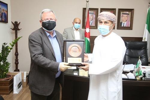رئيس جامعة البترا يكرم المحلق الثقافي السابق لسلطنة عُمان