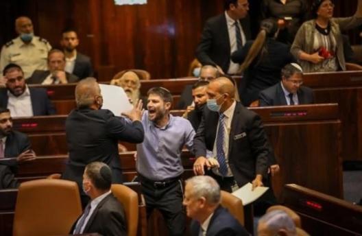 شتائم وطرد.. مؤيدو نتنياهو يثيرون الفوضى