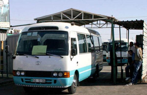 سائق غير مرخص يُحمل 20 راكبا إضافياً