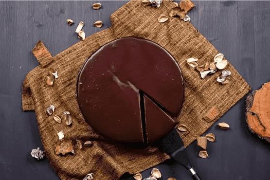 حلوى مفضلة للجميع.. كيك الشوكولاتة بالصوص