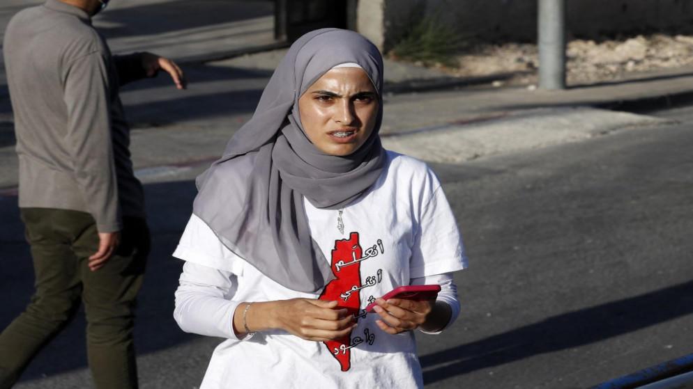 مستوطن يعتدي على الناشطة منى الكرد
