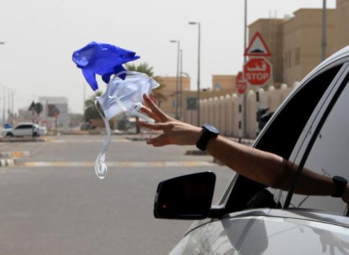 أبو ظبي تطبق غرامة باهظة على إلقاء الكمامة بالشوارع