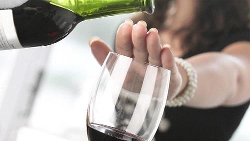 جدل في السعودية بسبب تقرير يروج لشرب الكحول! - فيديو