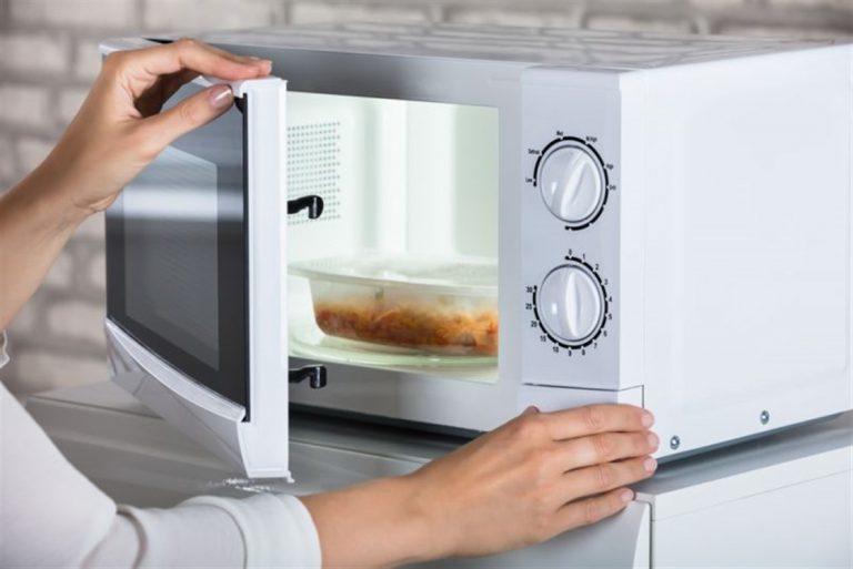 أطعمة تنفجر عند تسخينها في الميكرويف