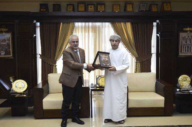 رئيس عمان الأهلية يكرم الملحق الثقافي العُماني السابق