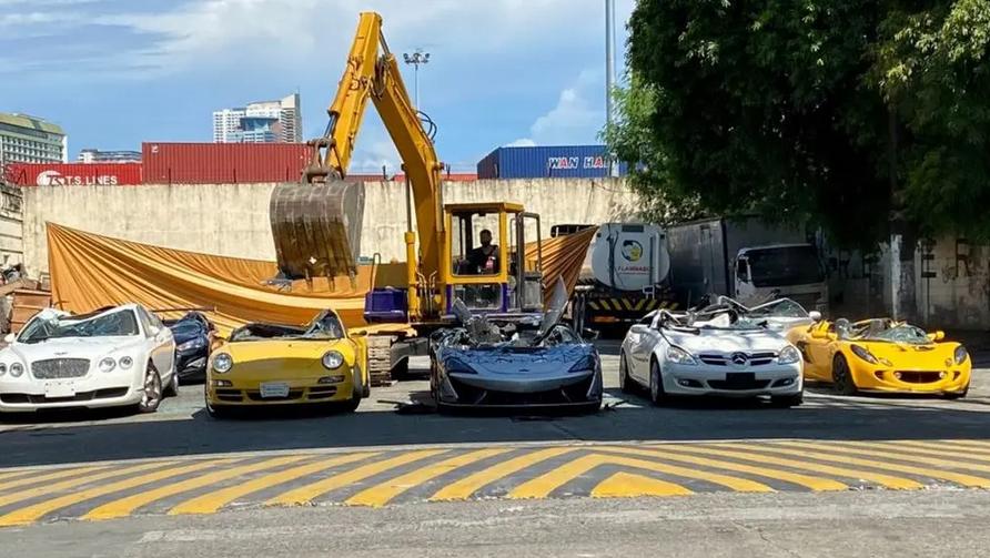 تدمير سيارات بملايين الدولارات - فيديو