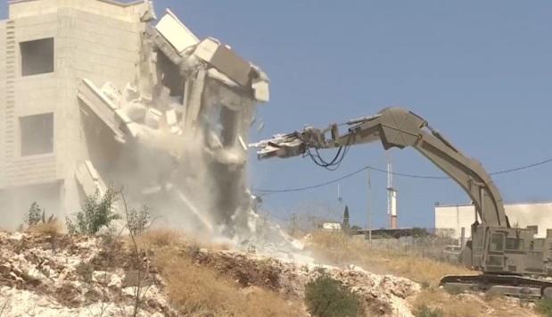 الاحتلال يخطر 21 فلسطينيا بهدم منازلهم بالضفة
