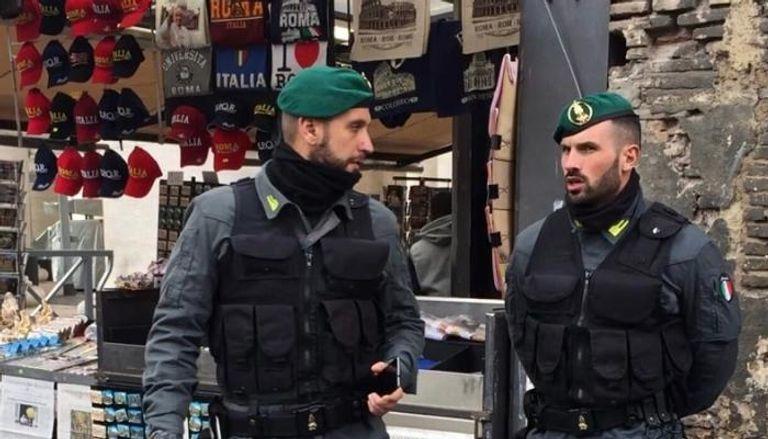 الشرطة الإيطالية تلعب مع كاهن الكاميرا الخفية