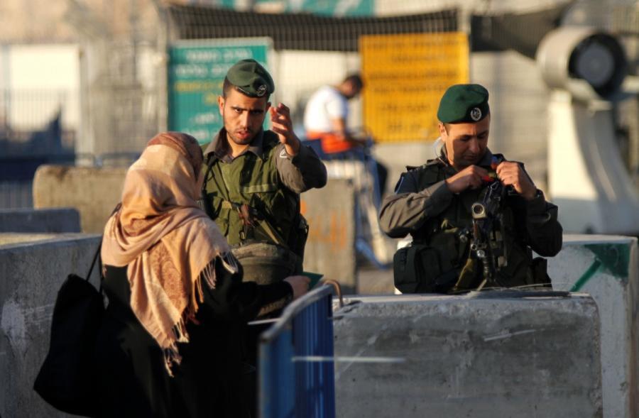 الاحتلال يقيم حواجز في الضفة ويمنع حركة المواطنين