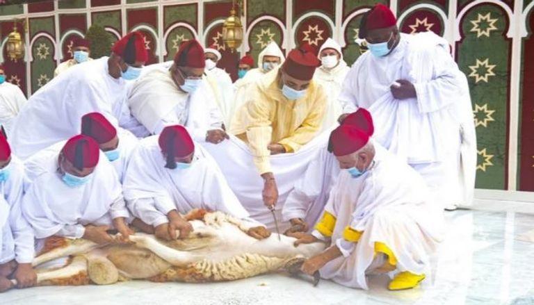 ملك المغرب يؤدي صلاة العيد دون خطبة وينحر أضحيته