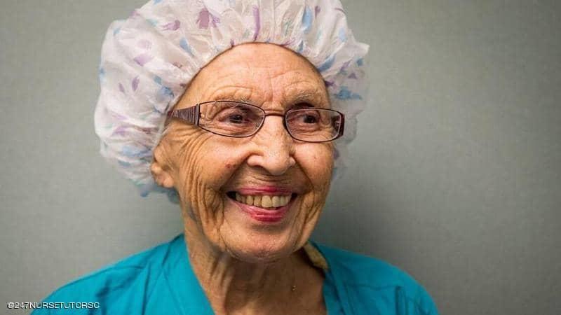 بعد 70 سنة من الخدمة.. أكبر ممرضة أميركية تتقاعد