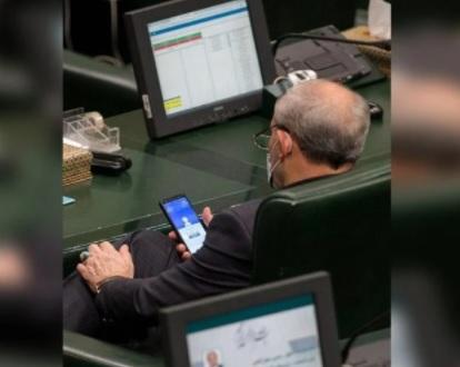 سخرية من نائب إيراني بعد رصد العدسات لهاتفه - صورة