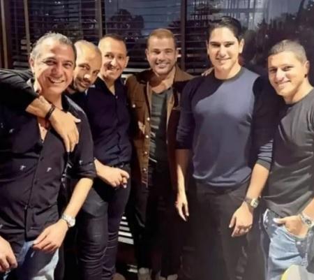 هكذا احتفل أصدقاء عمرو دياب بعيد ميلاده الـ 60 - صورة