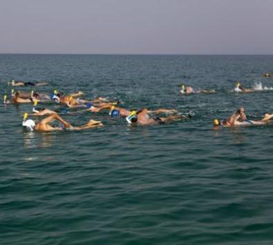 سباحون يقطعون البحر الميت